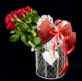 Roses in a wired glass vase with a wooden heart / Τριαντάφυλλα μέσα σε βάση με ξύλινη καρδιά